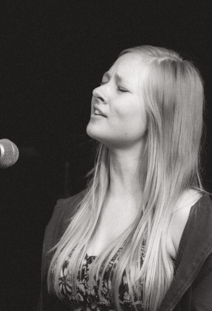 Pige der synger