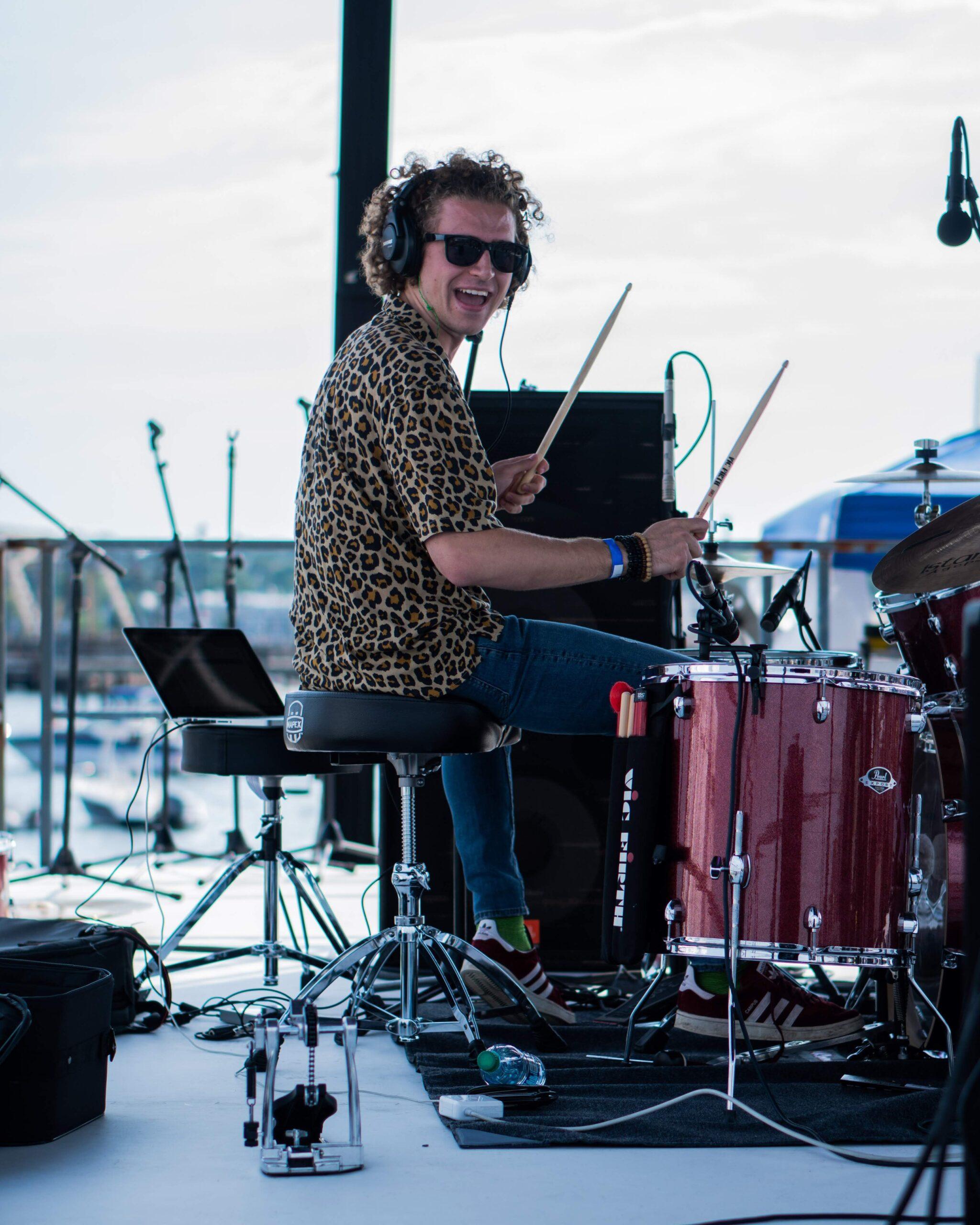 Mand der spiller på trommer