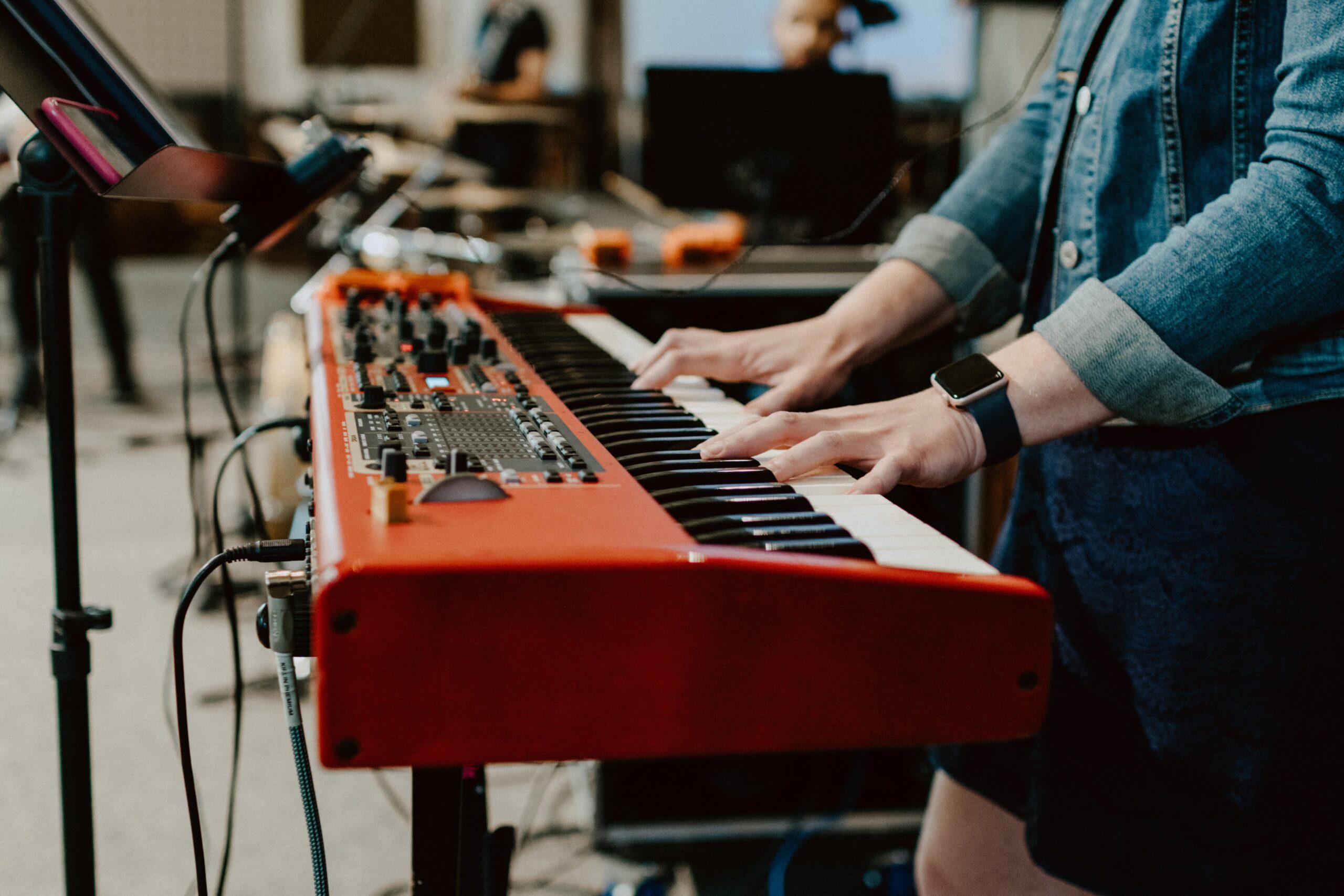 Kvinde der spiller på klaver